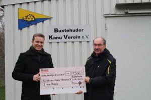 Robert Timmann überreicht Dr. Gernot Paul einen Scheck über 1.500 Euro