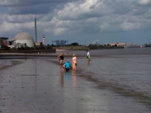 Bassenflether Strand mit Blick auf das stillgelegte AKW Stade (c) K. Altenfelder